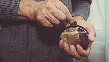 elderly-hand-with-purse_Feature_box_355px