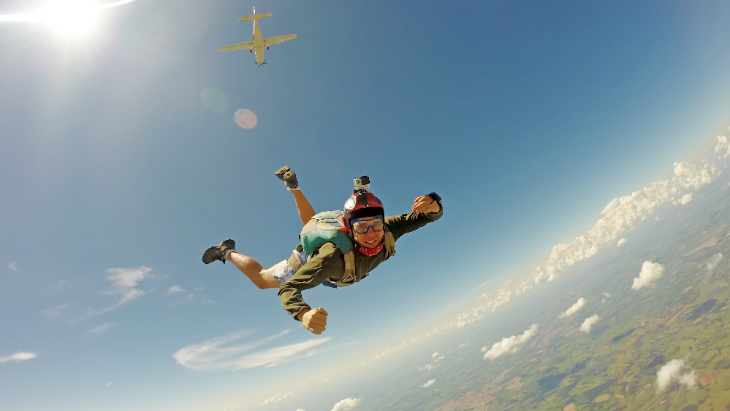 life cover - resources - img - Life insurance and extreme sports - man sky diving - 730x411