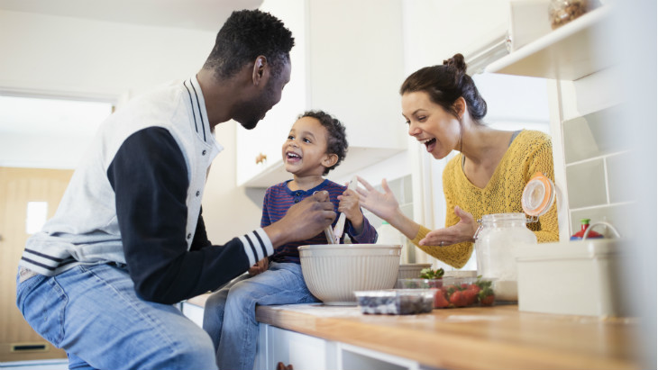 consumer - LGI - BANNER - Happy family cooking in the kitchen -730x411